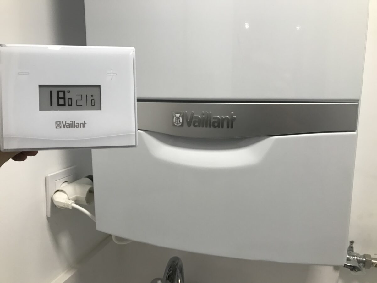 Caldera Ecotec Plus VMW 246, termostato Wifi VSmart y montaje de radiadores – Alaquas